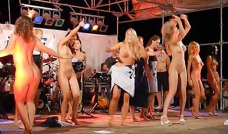 Une prostituée russe qui porno massage reel sert trois hommes et un caméraman.
