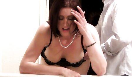 Caché dans porno en salle de massage un déguisement