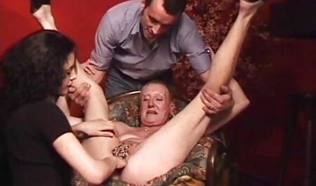 Deux massage soft porno lesbiennes dans le bureau.