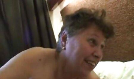 Maman attrape des adolescents dans la salle de porno big massage bain.