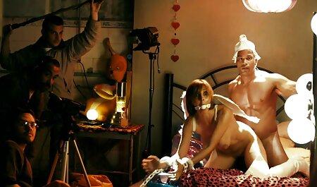L'homme aux porno vedio massage lunettes dans la cuisine